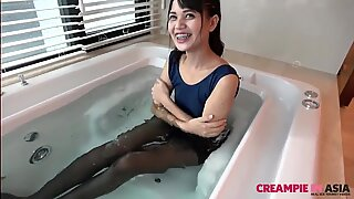 Хеланке у кади са мршава тајландски девојка свршавање унутра