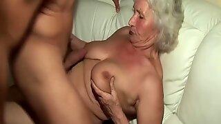 Напаљени 76-годишња бака даје јебање викд сисица и екстремни дубоко грло за свог младог играчака