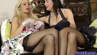 Британски гламур милф (мама коју бих јебао) у женском доњем вешу лезбаче фун