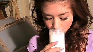 Јапански цутие Аки Хосхино једе јагоде након снимања