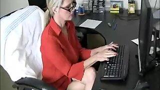 Милф (мама коју бих јебао) добија свршавање од младог момка док ради