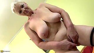 Велика сиса бака играјући се са својом пичком