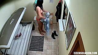 Бринета тинејџери девојка штављење чврсто обријане пичке