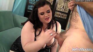 Заводљива крупна љепотица (велике лепе жене) Холли Јаиде сервира пичку за момка да лизати и јебе