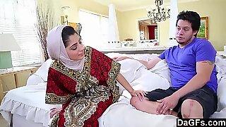 Дагфс - арапски дама Надиа Али има укус млечне мушкости