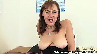 Брит канцеларија дама треба оргазмичку лакоћу
