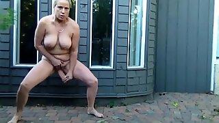 Голи у предњем дворишту