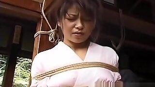 Азијски девојка у кимоно везама и садо-мазо сеанцед