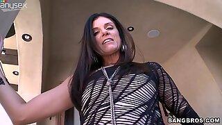 Whorish hooker India Summer tickles her fancy outdoors