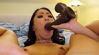 Секси малени спиннер азијски рамс огроман црни дилдо у својој мајушној рупици
