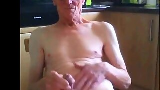 Стари деда се самозадовољава
